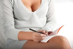 La mujer escribe en el cuaderno Imagen de archivo libre de regalías