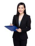 La mujer escribe en el tablero imagen de archivo libre de regalías