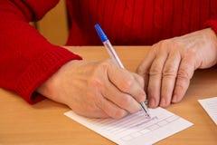 La mujer escribe en la forma 3 Imagen de archivo