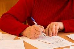 La mujer escribe en la forma 2 Imagen de archivo libre de regalías