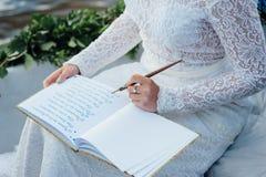 La mujer escribe en un papel Imagen de archivo