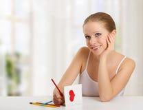 La mujer escribe la letra de amor - carde para el día de tarjetas del día de San Valentín Foto de archivo libre de regalías