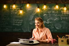 La mujer escribe la novela de la historia de amor en la redacción De nuevo a enseñar del escuela y casero Investigación del detec fotografía de archivo