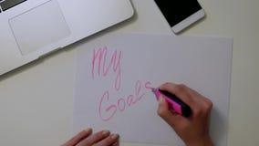 La mujer escribe nuevas metas en el Libro Blanco Buena motivación almacen de metraje de vídeo