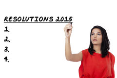 La mujer escribe su lista de las resoluciones en 2015 Imagen de archivo libre de regalías