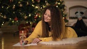 La mujer escribe un plan, metas y la lista de lío para el año que viene almacen de video
