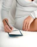 La mujer escribe una letra Imagen de archivo
