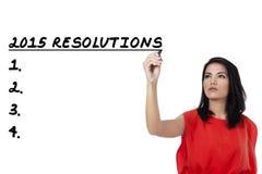 La mujer escribe una lista de resoluciones en 2015 Fotografía de archivo libre de regalías