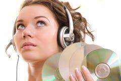 La mujer escucha una música Imagen de archivo libre de regalías
