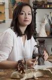 La mujer esculpe de la arcilla cruda el florero Fotografía de archivo