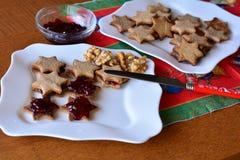 La mujer está adornando las galletas para la Navidad Imagenes de archivo