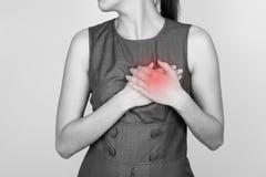 La mujer está agarrando su pecho, ataque del corazón posible al dolor agudo fotos de archivo