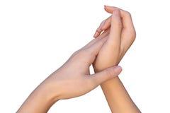 La mujer está aplicando la crema del cuidado de piel a las manos Imágenes de archivo libres de regalías