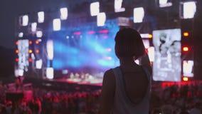 La mujer está bailando en el festival de música del aire abierto metrajes