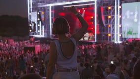 La mujer está bailando en el festival de música del aire abierto almacen de video