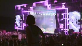 La mujer está bailando en el festival de música del aire abierto almacen de metraje de vídeo