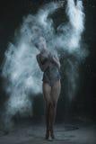 La mujer está bailando en una nube del polvo Imágenes de archivo libres de regalías