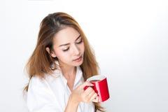 La mujer está bebiendo el café Fotografía de archivo