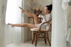 La mujer está bebiendo té por la mañana Fotos de archivo libres de regalías