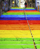 La mujer está caminando en las escaleras arco iris-coloreadas Imagen de archivo