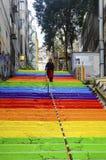 La mujer está caminando en las escaleras arco iris-coloreadas Fotos de archivo libres de regalías