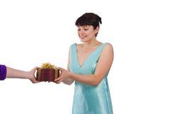 La mujer está consiguiendo el regalo. imagenes de archivo