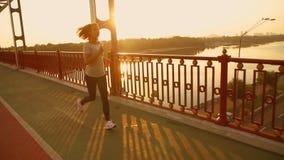 La mujer está corriendo por la mañana metrajes