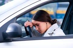 La mujer está durmiendo en un coche imagen de archivo