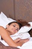 La mujer está durmiendo pacífico Imagen de archivo