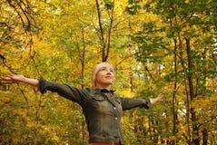 La mujer está en el bosque del otoño del bosque Imagen de archivo libre de regalías