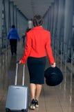 La mujer está en el movimiento con una maleta Fotografía de archivo libre de regalías