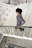 La mujer está en las escaleras Imagen de archivo