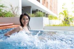 La mujer está en piscina del Jacuzzi Fotos de archivo