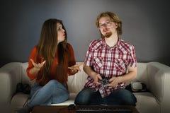 La mujer está enojada en jugar al hombre Imagen de archivo libre de regalías