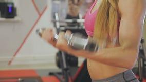 La mujer está entrenando con una barra en el gimnasio Carrocería hermosa almacen de metraje de vídeo