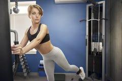 La mujer está entrenando a los músculos glúteos Fotos de archivo