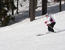 La mujer está esquiando en una estación de esquí Foto de archivo libre de regalías