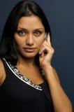 La mujer está hablando con el teléfono Imagen de archivo