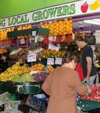 La mujer está haciendo compras en el mercado central en Adelaid Imagen de archivo libre de regalías