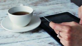 La mujer está haciendo compras en línea con PC de la tableta en café 4K metrajes