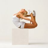 La mujer está haciendo ejercicios gimnásticos Fotografía de archivo