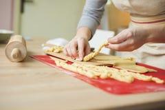 La mujer está haciendo las tortas de la Navidad Imagen de archivo