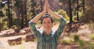 La mujer está haciendo yoga en el bosque almacen de metraje de vídeo