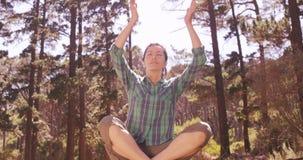 La mujer está haciendo yoga en el bosque metrajes