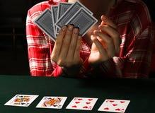La mujer está jugando el póker en casino imágenes de archivo libres de regalías