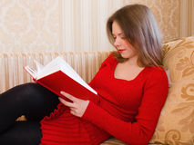 La mujer está leyendo un libro imagenes de archivo