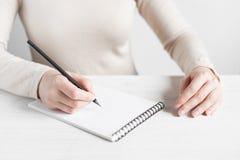 La mujer está lista para hacer notas Fotografía de archivo libre de regalías