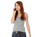 La mujer está llamando con un teléfono móvil Imagen de archivo