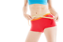 La mujer está midiendo su aptitud de la cintura con una cinta amarilla de la medida Fotos de archivo libres de regalías