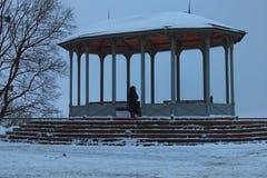 La mujer está mirando en la distancia en el pabellón en Vladimir Hill, él del vintage es uno de los mejores parques de Kyiv, Ucra fotografía de archivo